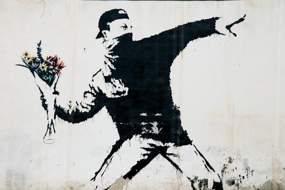 Muž, ktorý hádže kyticu kveto od Banksyho