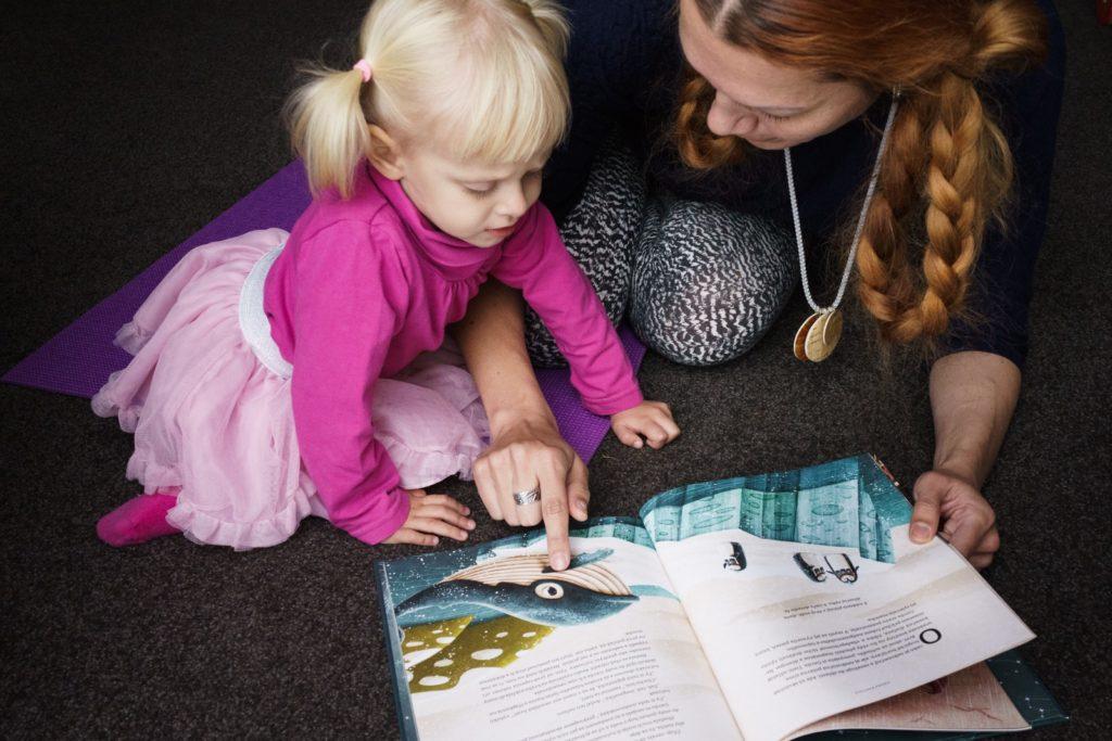 čítanie knižky deti