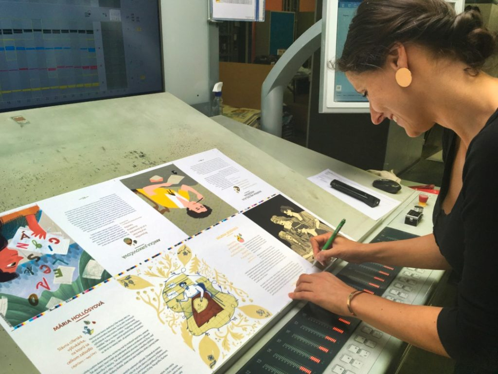 Mária Rojko, ilustrátorka, zachytená pri práci