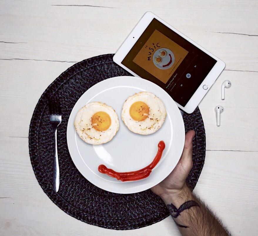 Sia na obálku albumu Music zvolila motív smajlíka. Tvoria ho na tanieri dve voľské oká namiesto očí a šmuha z kečupu namiesto úst.